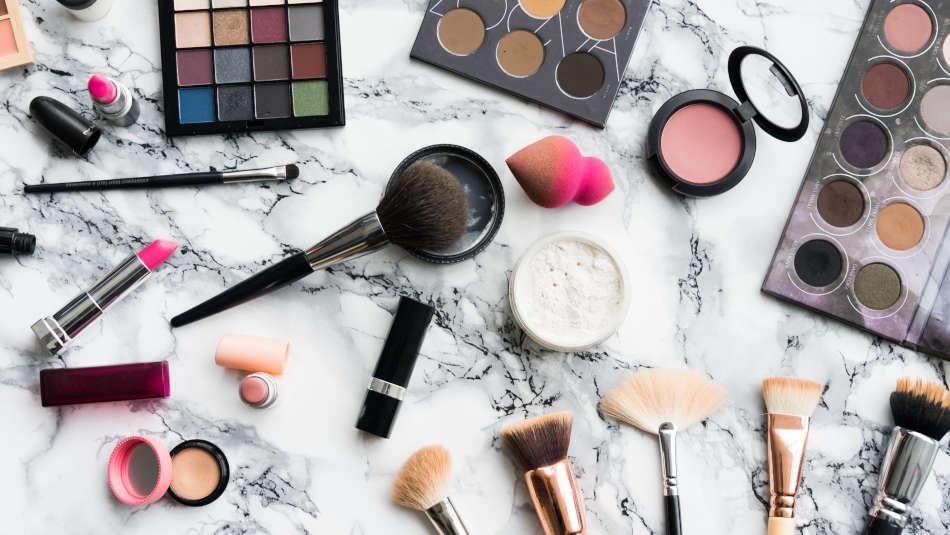 Can nurses wear makeup