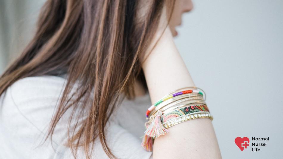 Can nurses wear bracelets